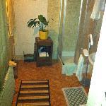 salle de bain dont la porte d'entrée donne directement dehors