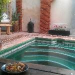 Recibimiento en la piscina con té de mentas y pastitas