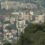Вид с масличной горы на отель и минарет