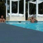 zwembad met loungeplekken