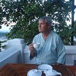 Raúl tomando un café, esperando que se pierda el sol sobre el Río Mekong