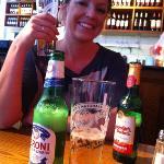 fornøyd jente med god lunsj øl!