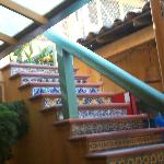 escaleras hacia el hotel