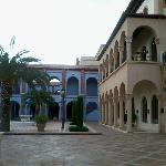 Una de sus plazas con edificios de habitaciones