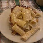 rigatoni acio e pepe in crosta di formaggio