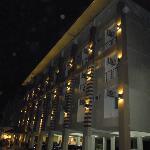Abendliche Außenansicht des Hotels