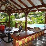 vue cuisine extérieure, terrasse et piscine