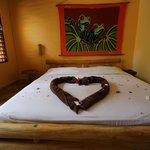 Bettskulptur mit Blüten hier ein Herz