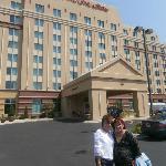 En la foto mi amiga Gloria y yo en frente del hotel cuando llegamos