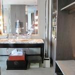 La télévision en incrustation dans le mirroir de la salle de bain: est-ce vraiment une bonne idé