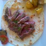 Curiosità: degustare la tagliata di carne su un letto di autentica piadina romagnola