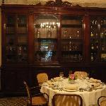 Speisesaal mit antikem Apothekerschrank