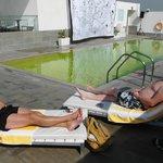 Mooi maar ommuurd zwembad op het dak