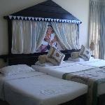 Chambre avec petit lit à changer ne convenant pas un adulte.