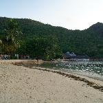 Strand mit Restaurant im Hintergrund