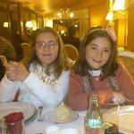 mis hijas en el restaurante del hotel