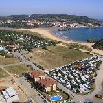 Situación de los apartamentos Suaces y la playa de Ris