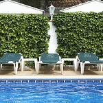 Descansa en nuestras tumbonas de la piscina