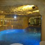 la piscina cubierta es el Spa y si miras, las sillas estan tras la cristalera