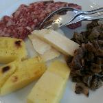 antipasti di salumi casalinghi, grana, polenta grigliata e misto funghi