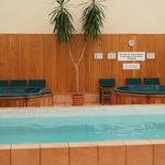 Jacuzzi i basen na parterze w budynku recepcji.