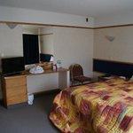 Sypialnia, do której przylega duży salon z dodatkowym łóżkiem.