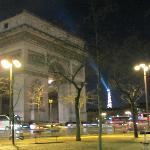 A 5 minutes à pied, l'Arc de Triomphe