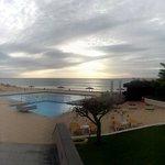 Vista da saída do hotel para a zona da piscina