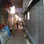 テソンチプ お店の前の通り(夜)