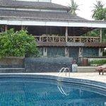 Pool mit Spa und Frühstücksterasse