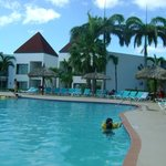 mi sobrino en la piscina