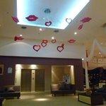 Adornos en el lobby para el 14 de febrero