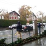 arrêt de bus du Crown Plaza devant route sans abri ni banc
