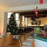 Restaurant con adornos navideños