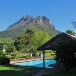 Blick zum Pool und angrenzenden Bergen