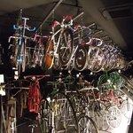 1階の展示の出番を待つ自転車群