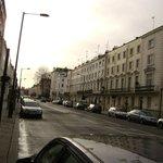 улица, где располоежн отель Sidney