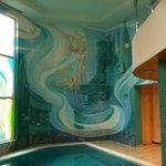 Мозаичное панно на стенах бассейна стыкуется с витражами