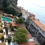 vue du jardin et de la piscine de l'hôtel (vu depuis la chambre)