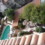 vue du jardin et de la piscine de l'hôtel (vue depuis la chambre)