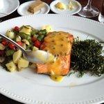 salmão ja com o molho de maracujá fresquinho