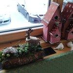 ozdoby świąteczne na oknie jadalni
