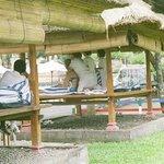 Masaże przy basenie.