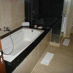 salle de bains de la suite toute en marbre