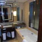 freundliches grosses Badezimmer mit Dusche, Badewanne und WC separat