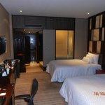 geräumiges Zimmer mit Flatscreen, Bar und wahlweise Kingsize oder Doppelbett