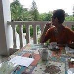 Frühstücksterasse mit Blick in den Garten.