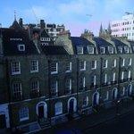 vue de la rue depuis la chambre au dernier étage