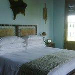 Dormitorio original - cueros y maderas nobles