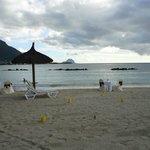 au delade la piscine, la plage préparée pour le diner